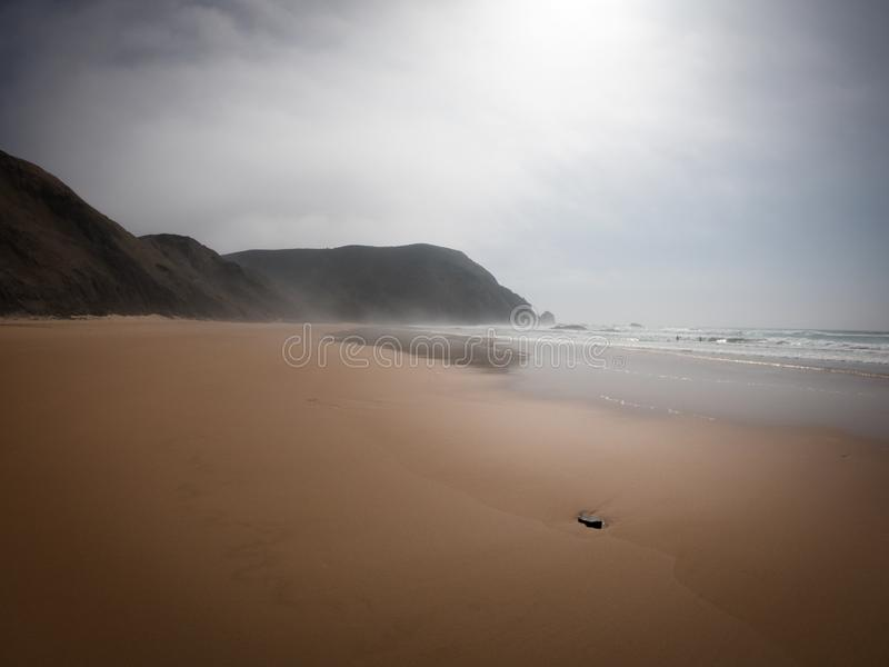 Praia de Castelejo, τέλεια παραλία για τα surfers Απότομοι βράχοι στη δυτική ακτή του Ατλαντικού Ωκεανού στο Αλγκάρβε, Πορτογαλία στοκ εικόνες