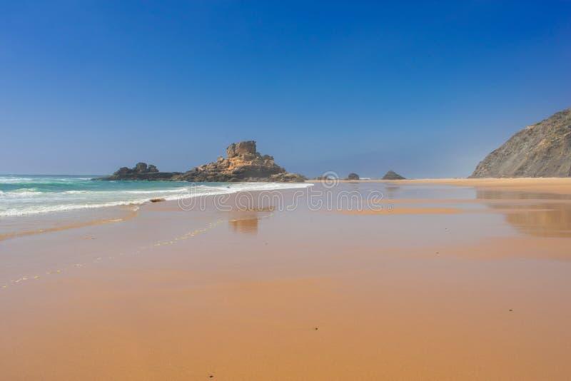 Praia de Castelejo τέλεια παραλία για τα surfers, δυτική ακτή του Αλγκάρβε Πορτογαλία Ατλαντικός Ωκεανός στοκ εικόνα με δικαίωμα ελεύθερης χρήσης