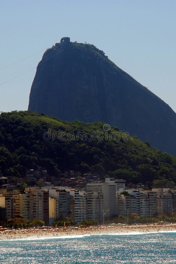 Praia de Copacabana e naco do açúcar fotos de stock royalty free