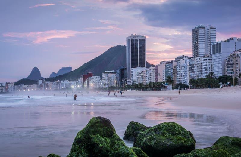 Praia de Copacabana no por do sol em Rio de janeiro, Brasil Brasil imagem de stock
