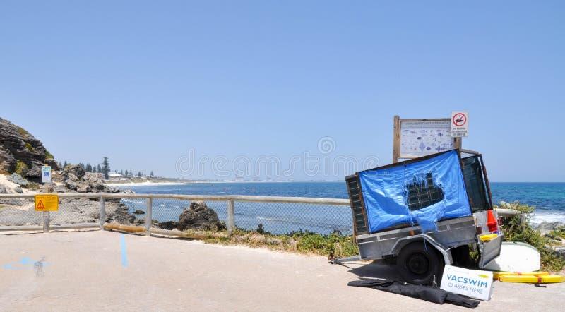 Praia de Cottesloe: Reboque da nadada do VAC foto de stock royalty free