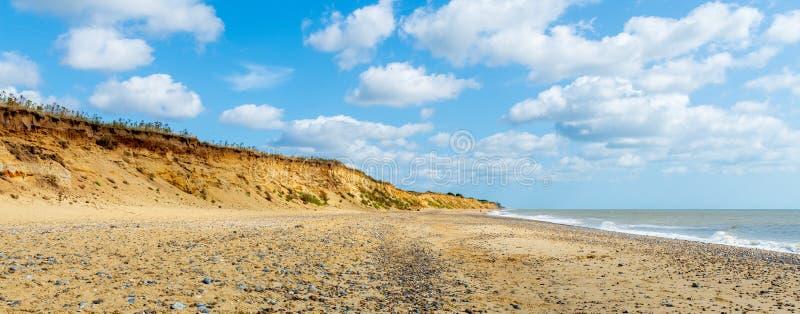 A praia de Covehithe com ela é penhascos do arenito no Suffolk Reino Unido imagens de stock royalty free