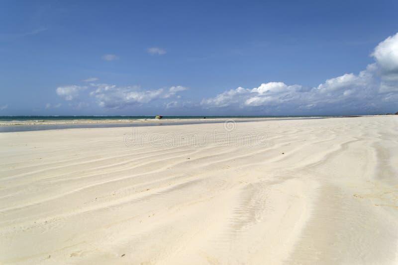 Praia de Diani em Kenya na maré baixa imagens de stock
