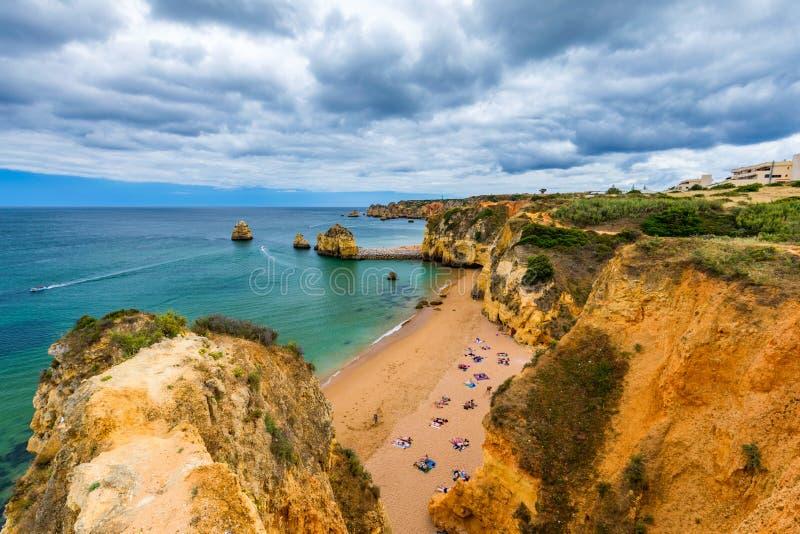 Praia de Dona Ana do Praia com ?gua do mar de turquesa e penhascos, Portugal Dona Ana Beach bonito (Praia Dona Ana) em Lagos, o A imagem de stock royalty free