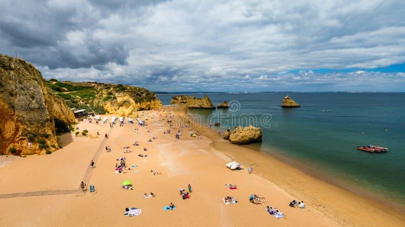 Praia de Dona Ana do Praia com ?gua do mar de turquesa e penhascos, Portugal Dona Ana Beach bonito (Praia Dona Ana) em Lagos, o A imagens de stock