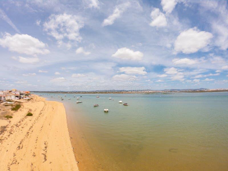 Praia DE Faro, Algarve, Portugal Satellietbeeld op kust van oceaan en strand Boten op water, hommelmening royalty-vrije stock foto's