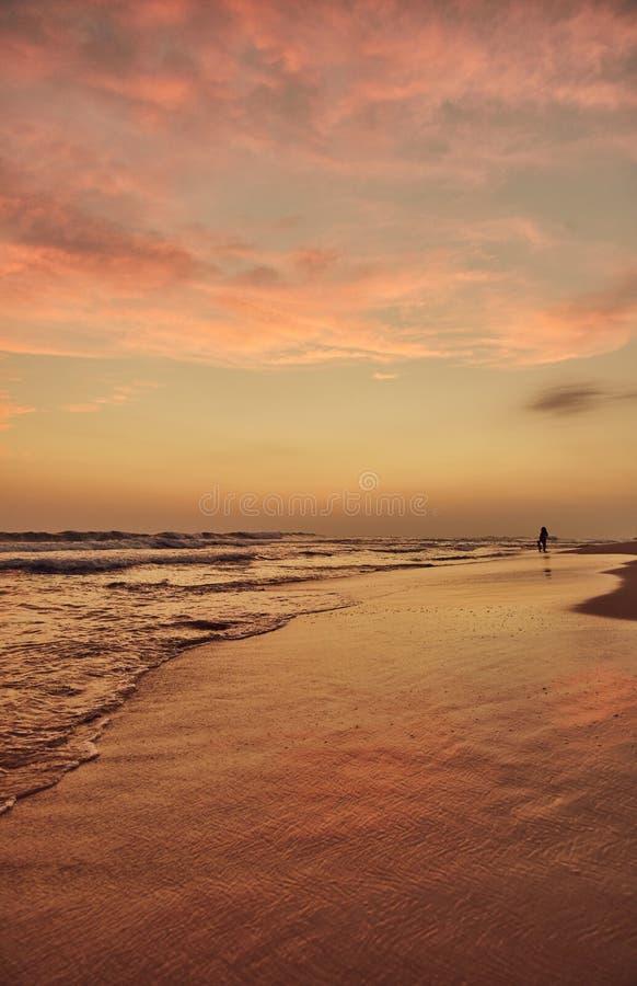 Praia de Gurubebila em Sri Lanka Oceano Índico Por do sol A cidade de Weligama foto de stock