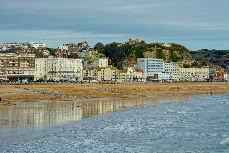 Praia de Hasting e construções e castelo da frente marítima Sussex, Reino Unido imagens de stock