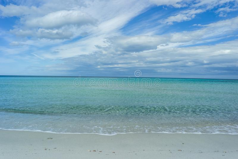 Praia de Isuledda, luz - azul, San Teodoro, Sardinia, Itália imagem de stock