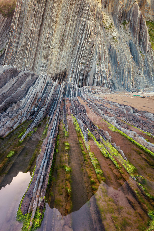 Praia de Itzurun, flysch de Zumaia na costa Gipuzkoa, Espanha imagem de stock