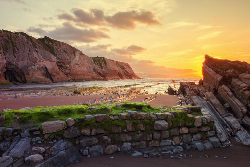 Praia de Itzurun, flysch de Zumaia na costa Gipuzkoa, Espanha foto de stock royalty free