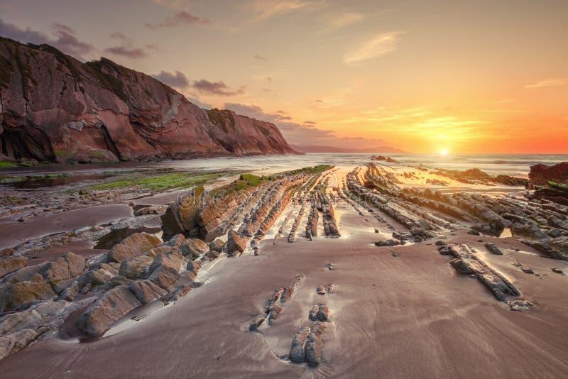 Praia de Itzurun, flysch de Zumaia na costa Gipuzkoa, Espanha imagem de stock royalty free