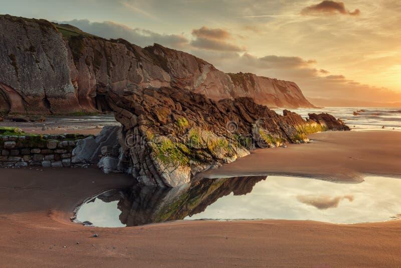 Praia de Itzurun, flysch de Zumaia na costa Gipuzkoa, Espanha fotos de stock royalty free