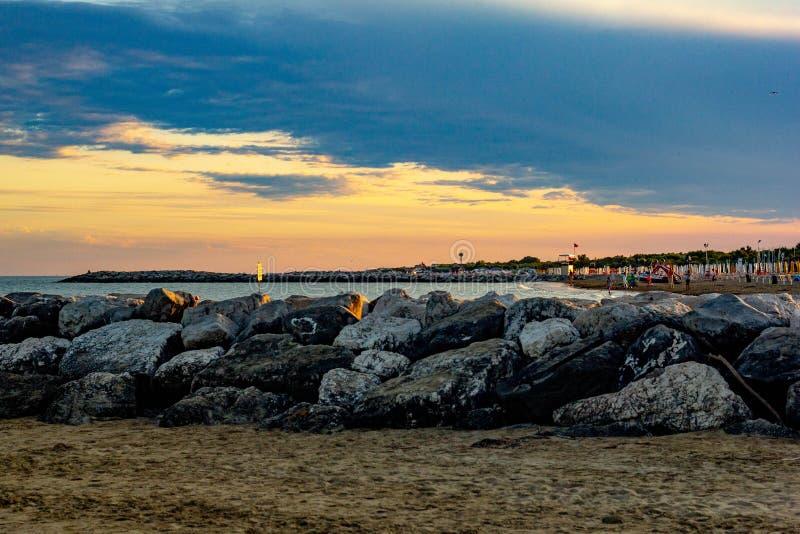 A praia de Jesolo, completa dos veraneantes atentos no banho de sol a cidade no verão está completa dos estrangeiros a que vá a v imagens de stock royalty free