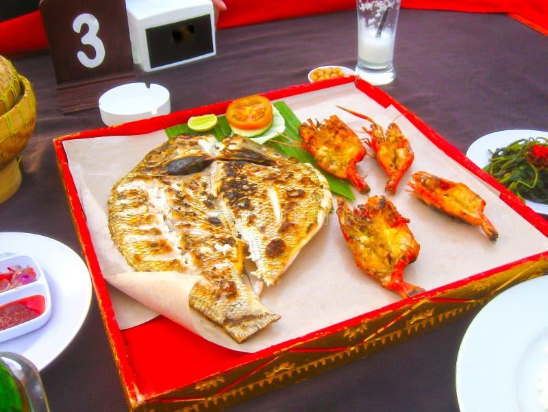 Praia de Jimbaran do Balinese famosa para o it& x27; restaurantes perfeitos do alimento de mar de s imagem de stock royalty free