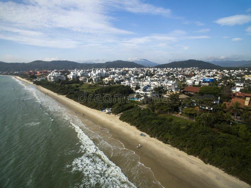 Praia de Jurere da vista aérea em Florianopolis, Brasil Em julho de 2017 imagens de stock royalty free