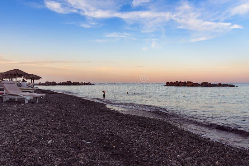 Praia de Kamari - ilha de Santorini Cyclades - Mar Egeu - Grécia imagem de stock