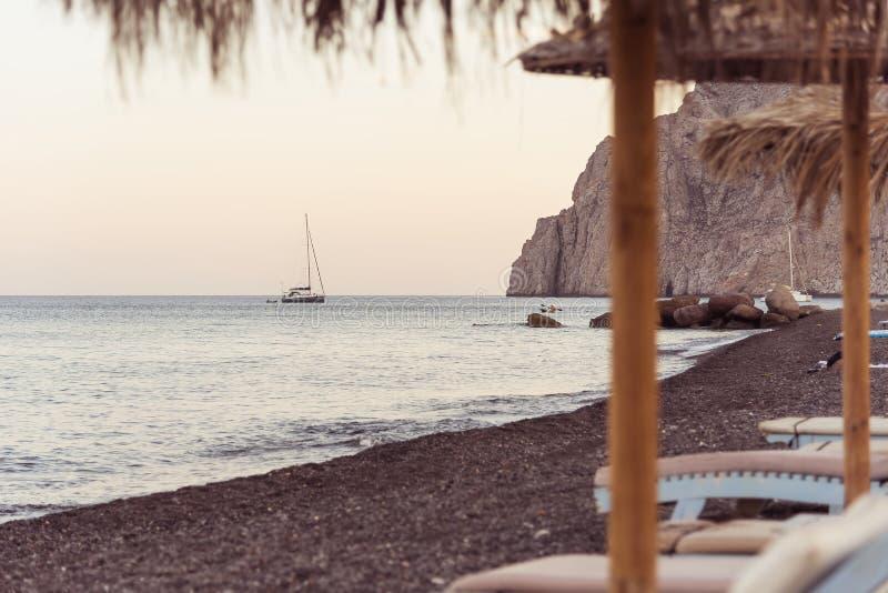 Praia de Kamari - ilha de Santorini Cyclades - Mar Egeu - Grécia fotos de stock