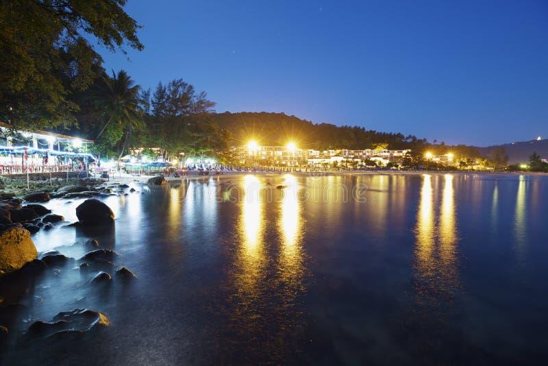 Praia de Karon no nighttime fotografia de stock