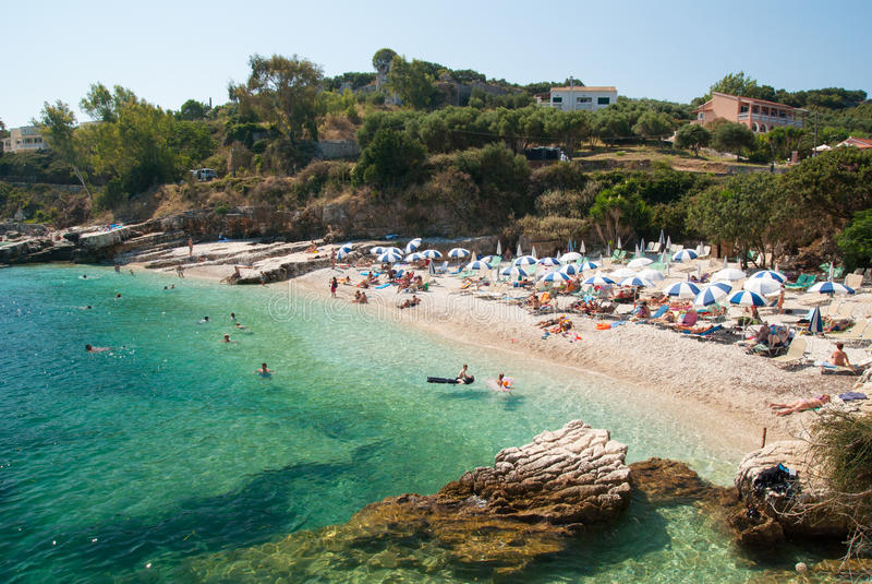 Praia de Kassiopi, ilha de Corfu, Grécia Sunbeds e parasóis (sol fotos de stock royalty free