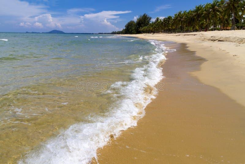 Praia de Krut da proibição da praia idílico com luz solar imagens de stock royalty free