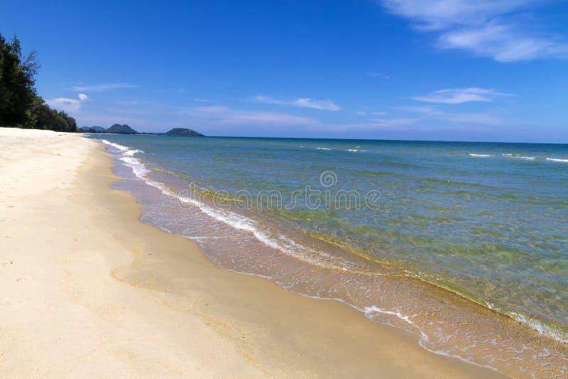 Praia de Krut da proibição da praia idílico com o céu no verão fotografia de stock