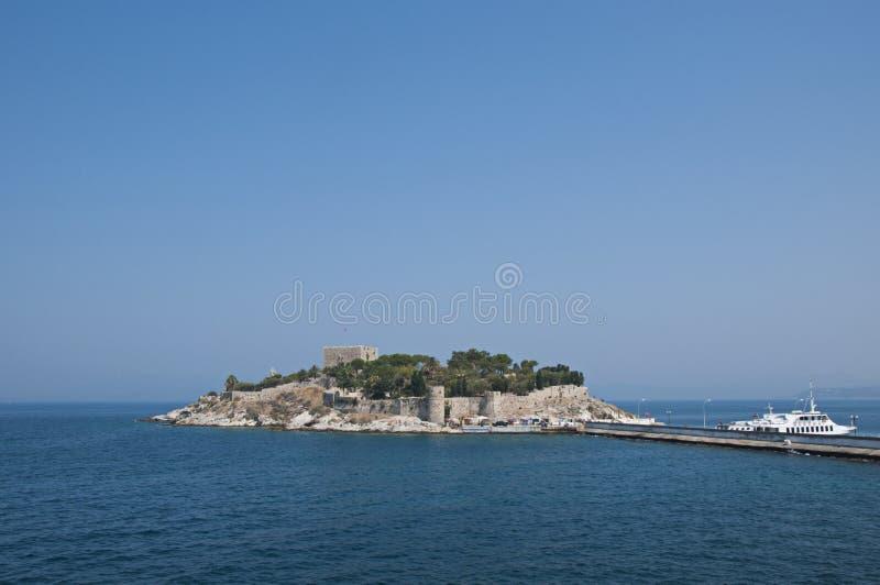 Praia de Kusadasi em Aydin City na costa egeia de Turquia fotografia de stock
