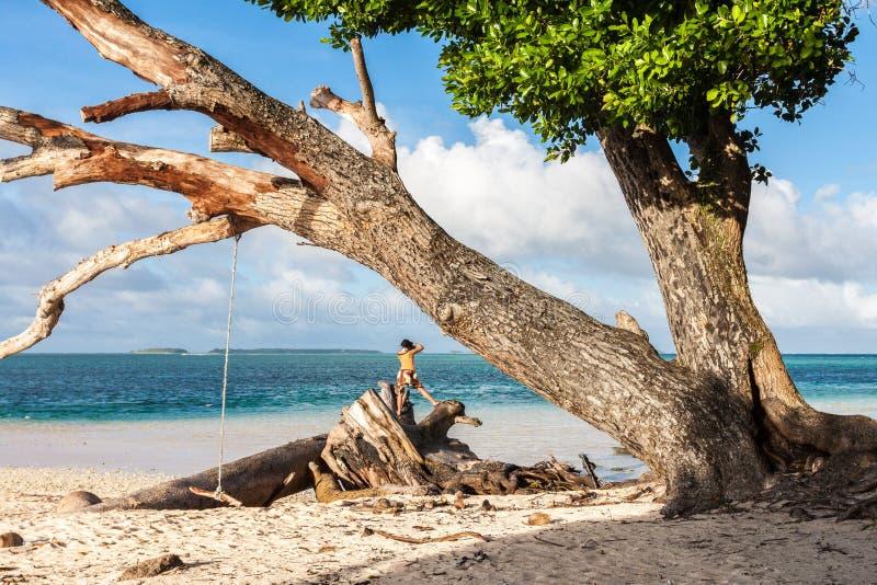 Praia de Laura Águas azuis de turquesa dos azuis celestes da lagoa Atol de Majuro, Marshall Islands, Micronésia, Oceania A mulher imagem de stock