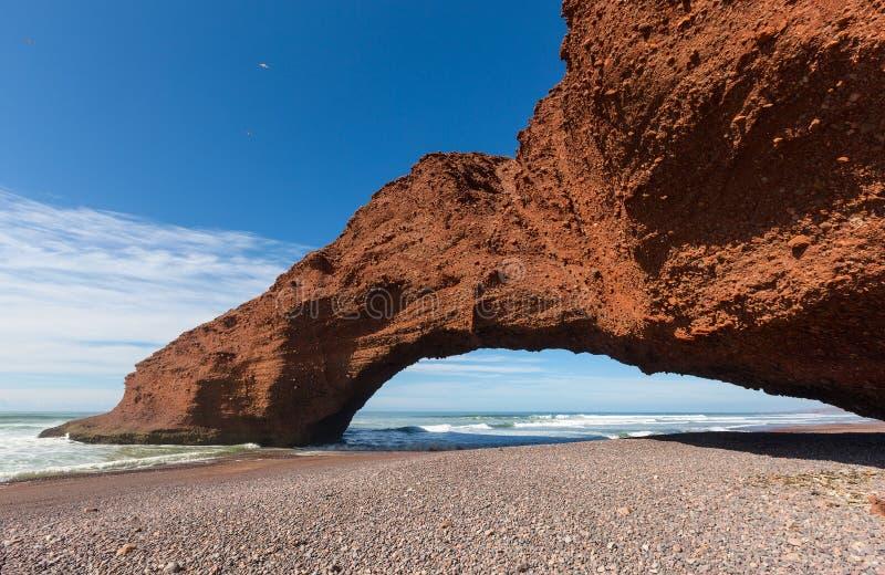 Praia de Legzira com a rocha arqueada em Marrocos fotografia de stock