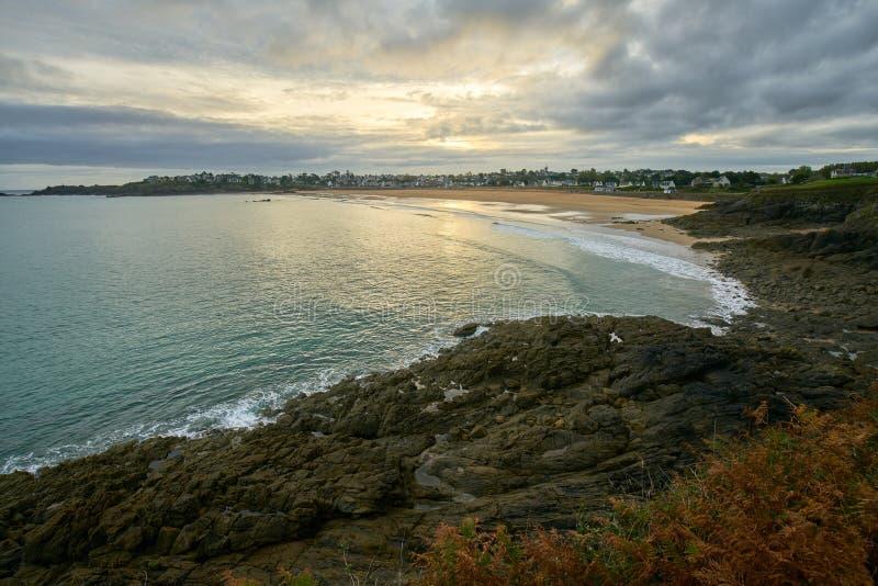 Praia de Longchamp entre o la Garde Guerin e Decolle do de do pointe do la foto de stock