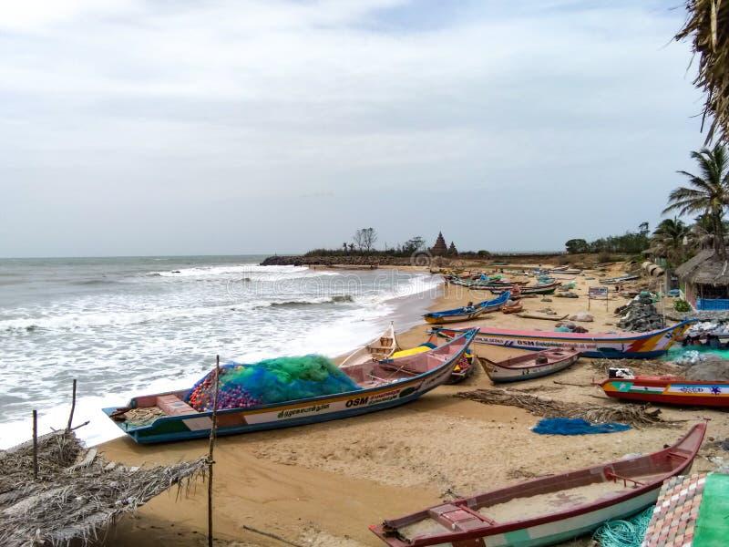 Praia de Mahabalipuram com barcos fotos de stock