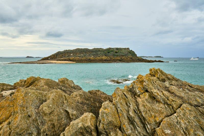 Praia de Malo de Saint, nacional do forte e rochas durante a maré baixa britt fotografia de stock