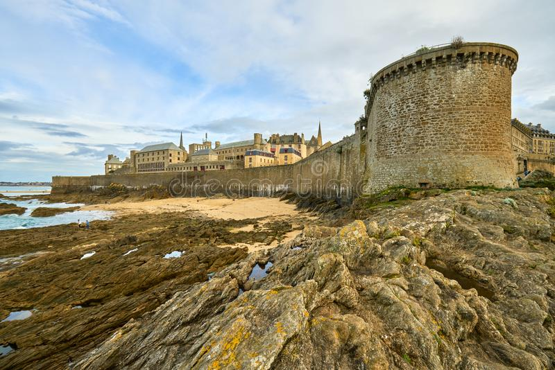 Praia de Malo de Saint, nacional do forte e rochas durante a maré baixa britt imagem de stock royalty free