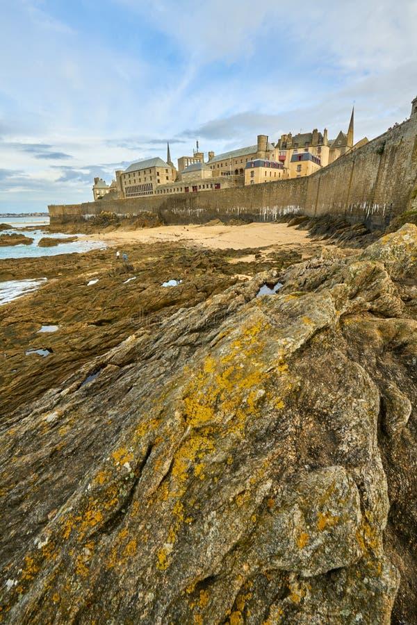 Praia de Malo de Saint, nacional do forte e rochas durante a maré baixa britt fotografia de stock royalty free