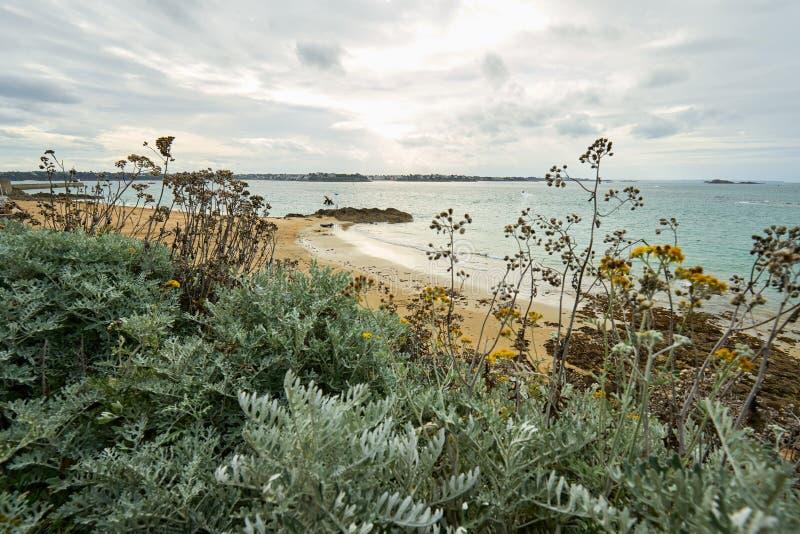 Praia de Malo de Saint, nacional do forte e rochas durante a maré baixa britt foto de stock