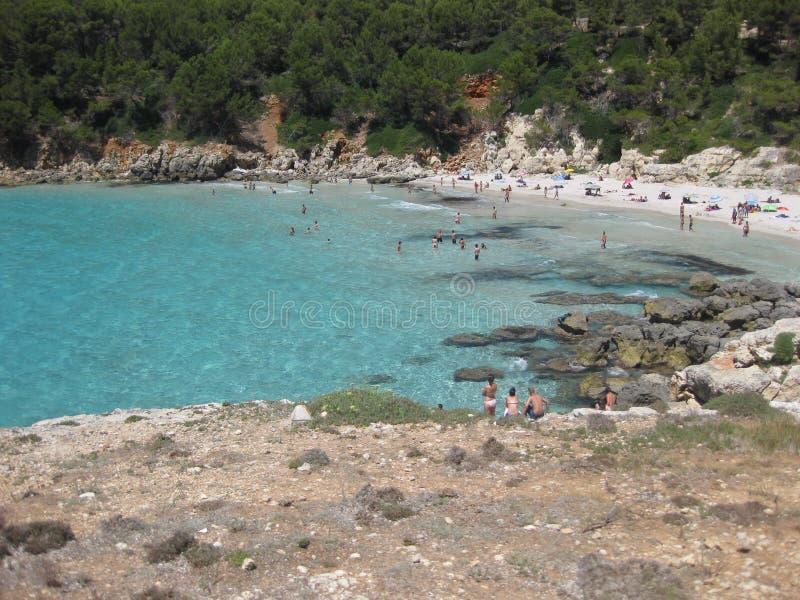 Praia de Menorca com o turista em férias imagens de stock