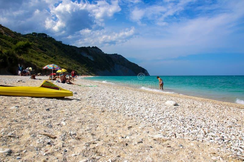 Praia de Mezzavalle perto de Ancona na região de Marche Parque natural de Conero imagens de stock