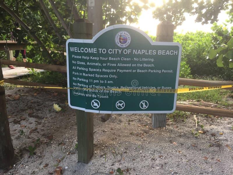 Praia de Nápoles Florida, céu ensolarado foto de stock royalty free