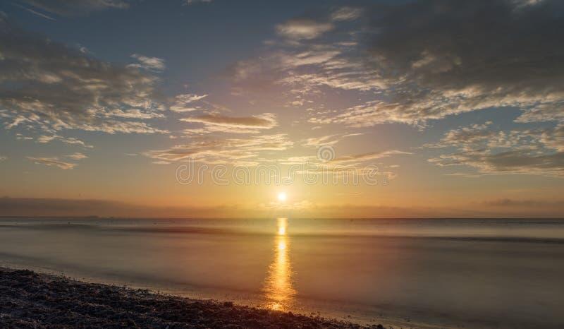 Praia de Năvodari - o sol que se ajusta no mar imagem de stock royalty free