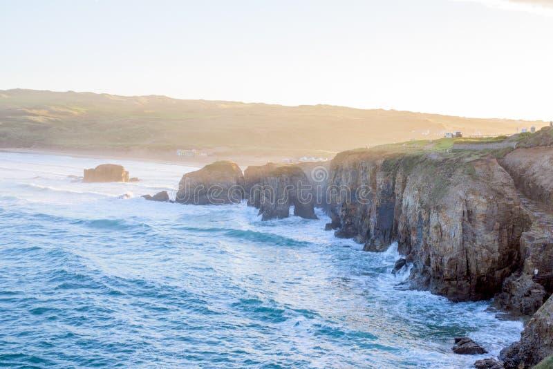 Praia de negligência de Perranporth no perranporth, Cornualha, Inglaterra, Reino Unido Europa durante o nascer do sol imagens de stock royalty free