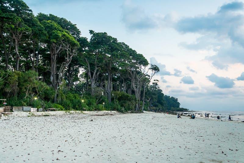 Praia de Neil Island e céu azul com nuvens brancas imagem de stock