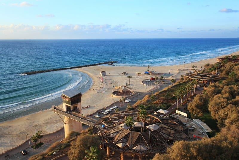 Praia de Netania Veja os paragliders no céu imagem de stock