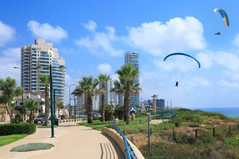 Praia de Netania Veja os paragliders no céu foto de stock royalty free