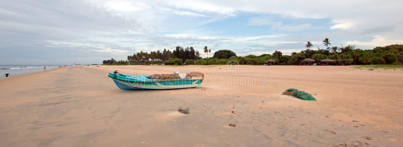 Praia de Nivali com barco e testes padrões listrados da areia em Trincomalee Sri Lanka fotografia de stock
