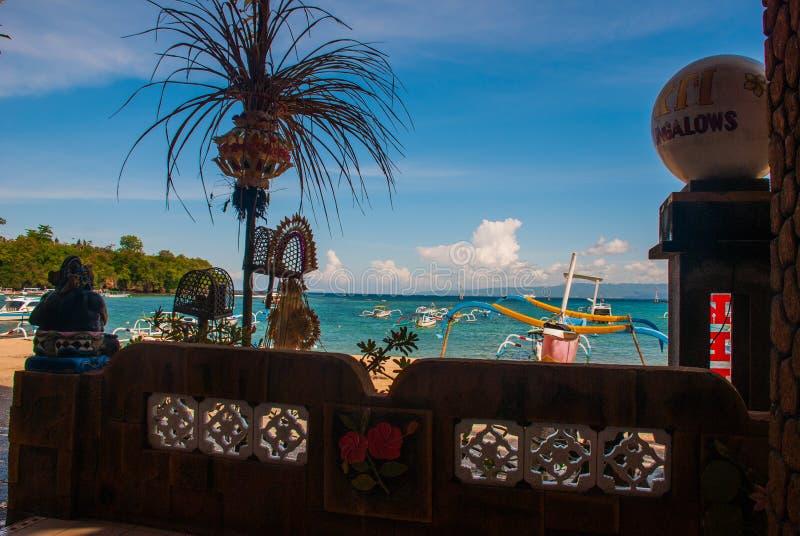 Praia de Padangbai Ilha Indonésia de Bali O porto com barcos e as decorações tradicionais do Balinese imagem de stock