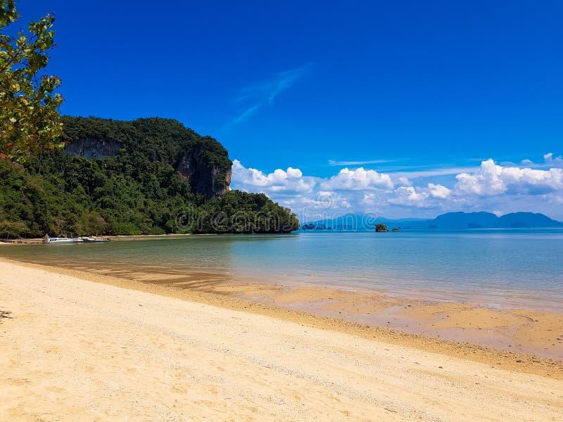 Praia de Paradise com céu azul Tail?ndia tranquilo fotografia de stock royalty free