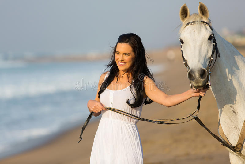Praia de passeio do cavalo da mulher fotografia de stock royalty free