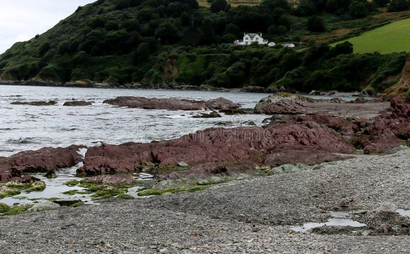 Praia de Pebbled na baía de Talland em Cornualha fotos de stock
