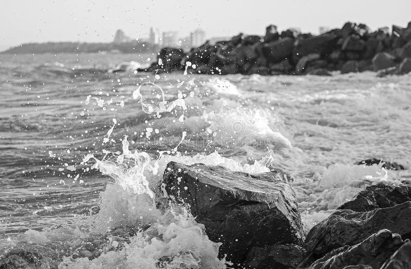Praia de pedra no clima de tempestade 2 foto de stock