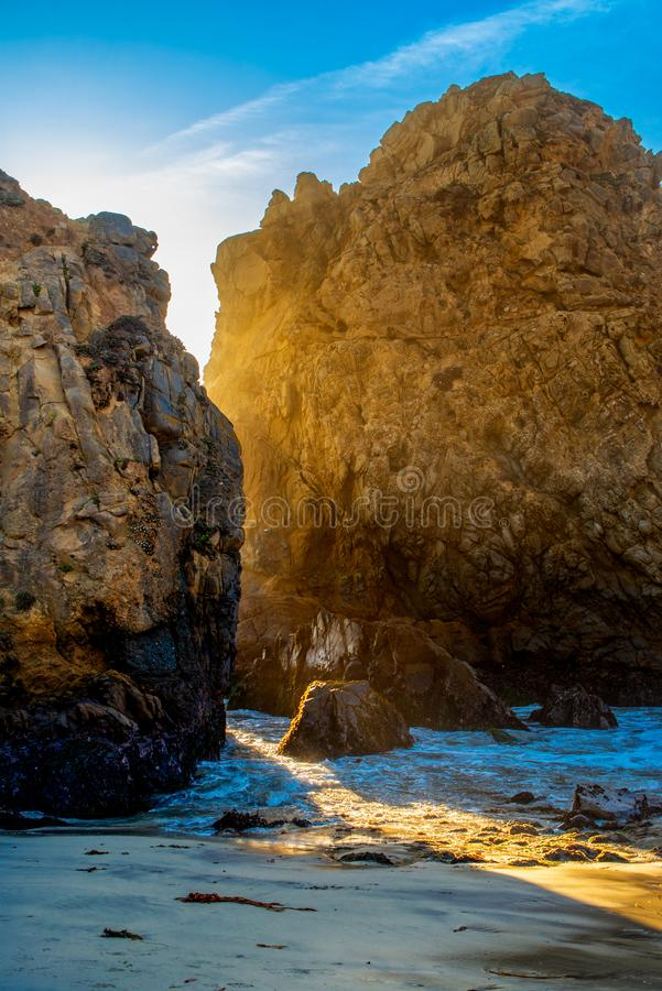 Praia de Pfeiffer no Big Sur uma entrada romântica para pares fotografia de stock